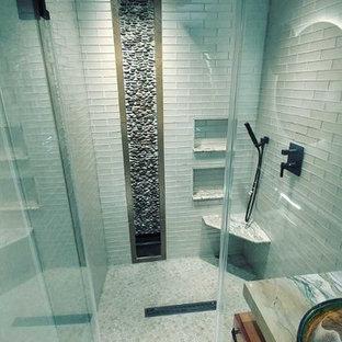 Idéer för små funkis grönt en-suite badrum, med öppna hyllor, skåp i mellenmörkt trä, en kantlös dusch, en bidé, beige kakel, glaskakel, beige väggar, marmorgolv, ett fristående handfat, granitbänkskiva, vitt golv och dusch med gångjärnsdörr