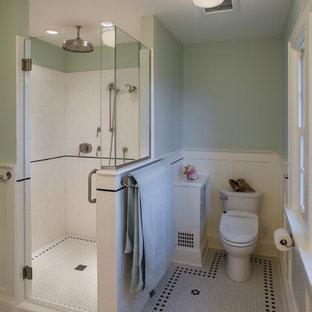 Foto di una piccola stanza da bagno padronale stile americano con doccia doppia, WC a due pezzi, pistrelle in bianco e nero, piastrelle diamantate, pareti verdi e pavimento con piastrelle a mosaico