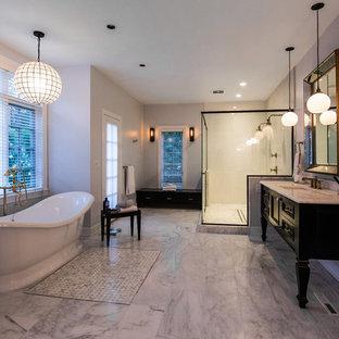 Идея дизайна: большая главная ванная комната в стиле современная классика с фасадами островного типа, черными фасадами, отдельно стоящей ванной, двойным душем, черно-белой плиткой, плиткой мозаикой, серыми стенами, мраморным полом, врезной раковиной и мраморной столешницей