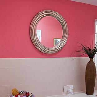 Ispirazione per una grande stanza da bagno padronale contemporanea con top piastrellato, piastrelle bianche, piastrelle in ceramica e pareti rosa
