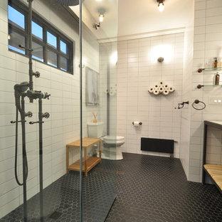 На фото: главная ванная комната среднего размера в стиле лофт с открытыми фасадами, светлыми деревянными фасадами, открытым душем, унитазом-моноблоком, белой плиткой, белыми стенами, полом из керамической плитки, столешницей из гранита, монолитной раковиной, плиткой кабанчик, черным полом и открытым душем с