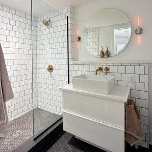 Inspiration för mellanstora industriella vitt badrum med dusch, med släta luckor, vita skåp, en öppen dusch, vit kakel, tunnelbanekakel, vita väggar, ett fristående handfat, klinkergolv i porslin, bänkskiva i akrylsten, svart golv och med dusch som är öppen