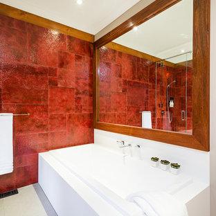 Imagen de cuarto de baño principal, rústico, de tamaño medio, con puertas de armario blancas, encimera de madera, ducha esquinera, sanitario de una pieza, baldosas y/o azulejos rojos, baldosas y/o azulejos de cerámica, paredes rojas y suelo de baldosas de cerámica