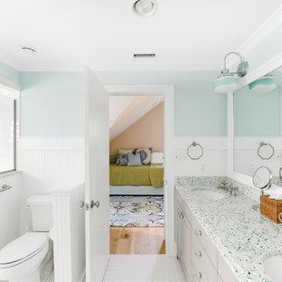 Неиссякаемый источник вдохновения для домашнего уюта: детская ванная комната в морском стиле с врезной раковиной, светлыми деревянными фасадами, столешницей из переработанного стекла, раздельным унитазом, керамической плиткой, синими стенами и полом из керамической плитки