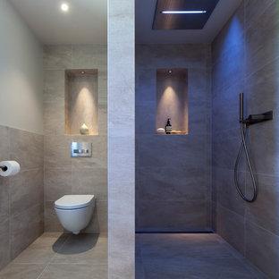 チェシャーのコンテンポラリースタイルの浴室・バスルームの画像 (コーナー設置型シャワー、壁掛け式トイレ)
