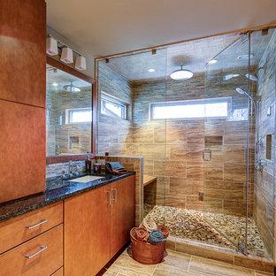 Esempio di una stanza da bagno minimal con top in granito