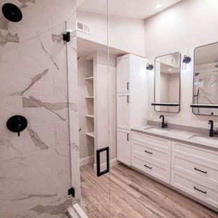Mittelgroßes Modernes Badezimmer En Suite mit Schrankfronten im Shaker-Stil, weißen Schränken, Duschnische, Toilette mit Aufsatzspülkasten, grauer Wandfarbe, Fliesen in Holzoptik, Unterbauwaschbecken, Quarzwerkstein-Waschtisch, braunem Boden, Falttür-Duschabtrennung, grauer Waschtischplatte, Duschbank, Doppelwaschbecken und eingebautem Waschtisch in Los Angeles