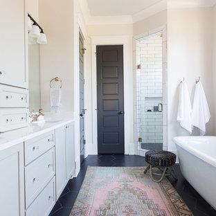 Idéer för mellanstora vintage en-suite badrum, med skåp i shakerstil, grå skåp, ett fristående badkar, en hörndusch, vit kakel, keramikplattor, klinkergolv i porslin, ett undermonterad handfat, bänkskiva i kvarts och beige väggar