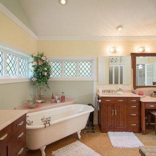 Idee per una grande stanza da bagno padronale country con lavabo integrato, ante in stile shaker, ante in legno scuro, top in quarzo composito, vasca con piedi a zampa di leone, pareti gialle e pavimento in sughero