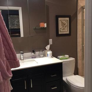 ロサンゼルスの小さいコンテンポラリースタイルのおしゃれなマスターバスルーム (フラットパネル扉のキャビネット、濃色木目調キャビネット、アルコーブ型シャワー、一体型トイレ、ベージュのタイル、セラミックタイル、コンクリートの床、アンダーカウンター洗面器、珪岩の洗面台) の写真