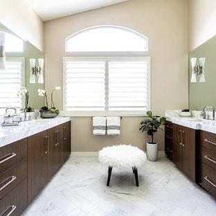 Inspiration för ett mellanstort vintage vit vitt en-suite badrum, med släta luckor, bruna skåp, en dubbeldusch, vit kakel, marmorkakel, marmorgolv, ett undermonterad handfat, marmorbänkskiva, vitt golv och dusch med gångjärnsdörr