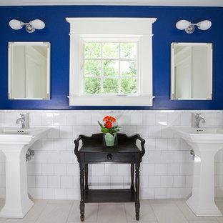 Ejemplo de cuarto de baño infantil, de estilo de casa de campo, de tamaño medio, con baldosas y/o azulejos blancos, baldosas y/o azulejos de cemento, paredes azules, suelo de baldosas de cerámica, lavabo con pedestal y suelo beige