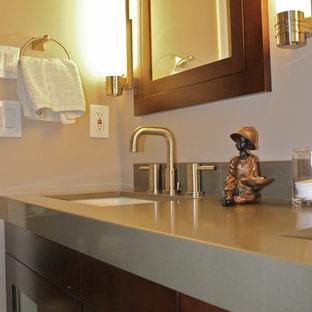 Ispirazione per una stanza da bagno con doccia contemporanea di medie dimensioni con ante di vetro, ante in legno bruno, vasca sottopiano, vasca/doccia, WC a due pezzi, piastrelle grigie, piastrelle in pietra, pareti bianche, pavimento in gres porcellanato, lavabo sottopiano, top in quarzo composito, pavimento beige, porta doccia a battente, top verde, panca da doccia, due lavabi, mobile bagno sospeso e soffitto a volta