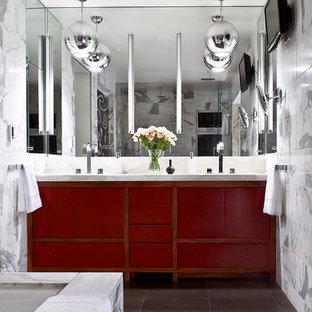 Cette image montre une salle de bain design avec un placard à porte plane, des portes de placard rouges et un carrelage blanc.