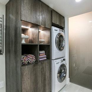 Idéer för att renovera ett mellanstort funkis en-suite badrum, med släta luckor, skåp i slitet trä, en hörndusch, en toalettstol med hel cisternkåpa, grå kakel, keramikplattor, grå väggar, klinkergolv i keramik, ett undermonterad handfat och bänkskiva i akrylsten