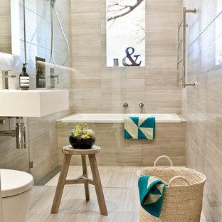 Immagine di una stanza da bagno classica di medie dimensioni con vasca ad alcova, vasca/doccia, piastrelle beige, lavabo sospeso e piastrelle in travertino
