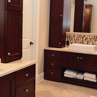 Diseño de cuarto de baño principal, actual, de tamaño medio, con armarios con paneles empotrados, puertas de armario de madera en tonos medios, baldosas y/o azulejos beige, baldosas y/o azulejos marrones, baldosas y/o azulejos blancos, baldosas y/o azulejos en mosaico, paredes beige, suelo de travertino, lavabo con pedestal y encimera de piedra caliza