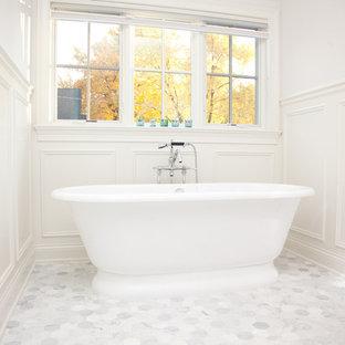 Idee per una stanza da bagno tradizionale con vasca freestanding, piastrelle a mosaico e pavimento in marmo