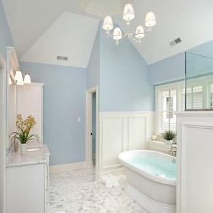 Foto di una grande stanza da bagno padronale tradizionale con vasca freestanding, ante con riquadro incassato, ante bianche, doccia ad angolo, pareti blu, pavimento con piastrelle a mosaico, lavabo sottopiano e top in marmo