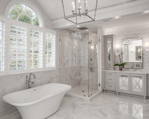Salles de bains et wc classiques avec un placard porte for Baignoire avec porte vitree