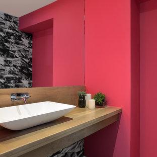 Свежая идея для дизайна: ванная комната в современном стиле с настольной раковиной, столешницей из дерева, унитазом-моноблоком, красными стенами, бетонным полом, душевой кабиной и коричневой столешницей - отличное фото интерьера