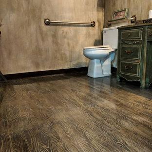 Foto de cuarto de baño principal, rústico, con puertas de armario verdes, baldosas y/o azulejos multicolor, suelo de madera pintada, lavabo suspendido, encimera de madera, suelo multicolor y encimeras multicolor