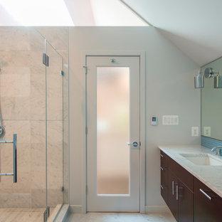 Idee per una grande stanza da bagno padronale minimal con lavabo sottopiano, ante lisce, ante in legno bruno, top in marmo, doccia doppia, WC monopezzo, piastrelle blu, piastrelle di vetro, pareti bianche e pavimento in gres porcellanato