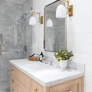 На фото: маленькие ванные комнаты в морском стиле с светлыми деревянными фасадами, угловым душем, серой плиткой, белыми стенами, душевой кабиной, мраморной столешницей, душем с распашными дверями и белой столешницей