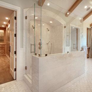 Idéer för ett modernt badrum, med en dubbeldusch och ett fristående badkar