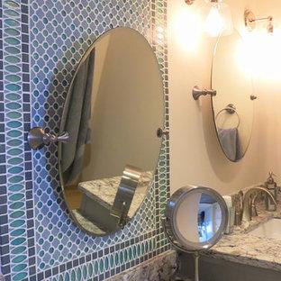Стильный дизайн: главная ванная комната среднего размера в классическом стиле с врезной раковиной, фасадами с утопленной филенкой, серыми фасадами, столешницей из искусственного кварца, угловым душем, унитазом-моноблоком, зеленой плиткой, плиткой мозаикой, белыми стенами и темным паркетным полом - последний тренд