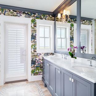 Свежая идея для дизайна: большая главная ванная комната в морском стиле с фасадами с утопленной филенкой, серыми фасадами, душевой комнатой, бежевой плиткой, мраморной плиткой, розовыми стенами, мраморным полом, врезной раковиной, мраморной столешницей, разноцветным полом, душем с распашными дверями и желтой столешницей - отличное фото интерьера