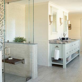 Esempio di una stanza da bagno padronale chic con doccia a filo pavimento, piastrelle multicolore, pareti beige, lavabo sottopiano, ante in stile shaker, pavimento in gres porcellanato e porta doccia a battente