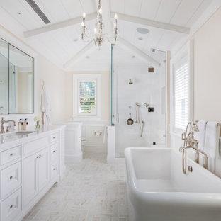 Esempio di una stanza da bagno padronale tropicale con ante con riquadro incassato, ante bianche, vasca freestanding, doccia alcova, pareti beige, lavabo sottopiano, pavimento multicolore, porta doccia a battente e top bianco
