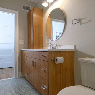 Immagine di una piccola stanza da bagno per bambini etnica con ante lisce, ante in legno chiaro e top in quarzo composito