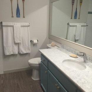 Свежая идея для дизайна: маленькая ванная комната в морском стиле с фасадами в стиле шейкер, синими фасадами, душем в нише, раздельным унитазом, белыми стенами, темным паркетным полом, душевой кабиной, врезной раковиной, столешницей из ламината, коричневым полом и шторкой для ванной - отличное фото интерьера