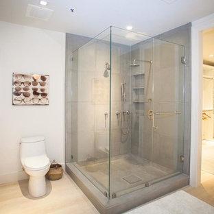 Imagen de cuarto de baño principal, minimalista, de tamaño medio, con armarios con paneles lisos, puertas de armario de madera clara, jacuzzi, ducha esquinera, sanitario de pared, paredes grises, suelo de madera clara, lavabo integrado y encimera de cemento