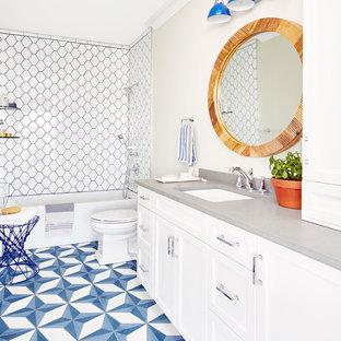 Idee per un'ampia stanza da bagno padronale stile marinaro con ante in stile shaker, ante bianche, vasca/doccia, piastrelle a mosaico, pareti grigie, pavimento con piastrelle a mosaico, lavabo sottopiano, top in quarzo composito, pavimento blu, top grigio, vasca ad alcova e pistrelle in bianco e nero