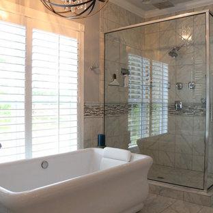 Foto di una grande stanza da bagno padronale tropicale con doccia ad angolo, piastrelle grigie, piastrelle bianche, piastrelle di marmo, pareti grigie, pavimento in marmo, pavimento grigio e porta doccia a battente