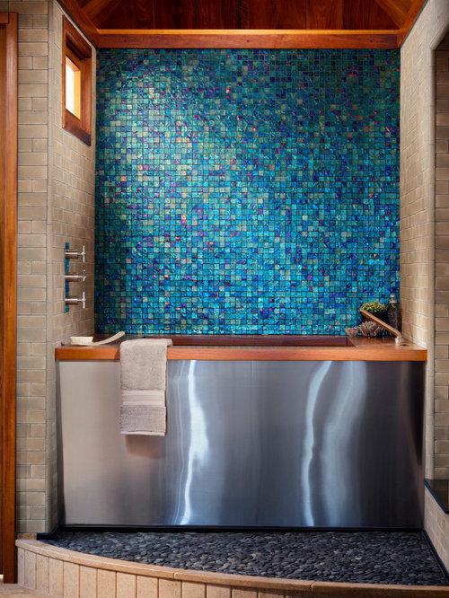 Salle de bain avec un bain japonais et un carrelage bleu for Carrelage japonais