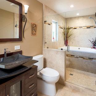 Diseño de cuarto de baño principal, asiático, grande, con armarios con paneles lisos, puertas de armario de madera oscura, bañera japonesa, ducha empotrada, sanitario de dos piezas, baldosas y/o azulejos beige, baldosas y/o azulejos de cerámica, paredes beige, lavabo sobreencimera y encimera de granito