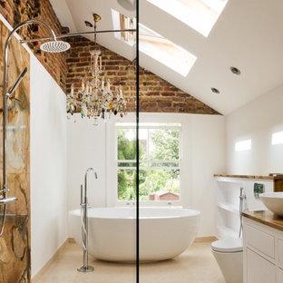 Eklektisches Badezimmer mit freistehender Badewanne, Aufsatzwaschbecken, braunen Fliesen und Steinplatten in Tampa