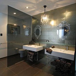 Imagen de cuarto de baño principal, ecléctico, grande, sin sin inodoro, con armarios tipo vitrina, bañera exenta, baldosas y/o azulejos grises, baldosas y/o azulejos de metal, suelo de baldosas de porcelana, lavabo suspendido y encimera de vidrio