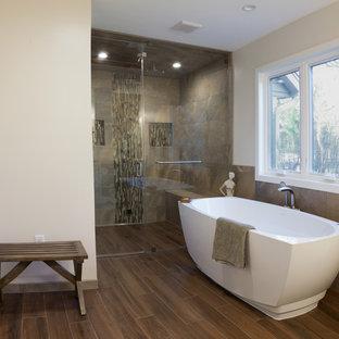 Aménagement d'une grande salle de bain principale classique avec une douche à l'italienne, un sol en carrelage de porcelaine, un plan de toilette en quartz modifié, une baignoire indépendante, une cabine de douche à porte battante, un placard avec porte à panneau encastré, des portes de placard blanches, un carrelage beige, un carrelage marron, du carrelage en ardoise, un WC séparé, un mur beige, un lavabo encastré et un sol marron.