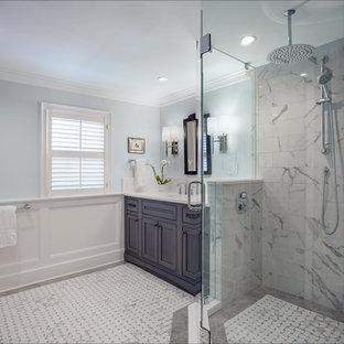 他の地域の中くらいのコンテンポラリースタイルのおしゃれなマスターバスルーム (落し込みパネル扉のキャビネット、コーナー設置型シャワー、分離型トイレ、マルチカラーのタイル、磁器タイル、青い壁、磁器タイルの床、一体型シンク、クオーツストーンの洗面台、マルチカラーの床、開き戸のシャワー、白い洗面カウンター、洗面台1つ、造り付け洗面台、板張り壁、濃色木目調キャビネット) の写真