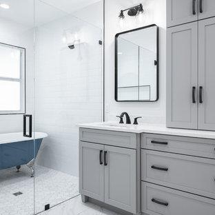 Idéer för ett stort klassiskt vit en-suite badrum, med skåp i shakerstil, grå skåp, ett badkar med tassar, vit kakel, porslinskakel, klinkergolv i porslin, ett undermonterad handfat, bänkskiva i kvarts, vitt golv, dusch med gångjärnsdörr, våtrum och vita väggar