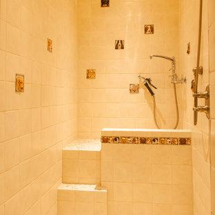 Ispirazione per una stanza da bagno padronale stile rurale di medie dimensioni con zona vasca/doccia separata, doccia aperta, ante in stile shaker, ante in legno scuro, vasca sottopiano, piastrelle beige, piastrelle in ceramica, pareti beige, pavimento in terracotta, lavabo da incasso, top in superficie solida, pavimento rosso e top marrone