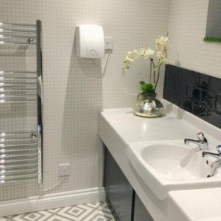 Ejemplo de cuarto de baño papel pintado, minimalista, de tamaño medio, papel pintado, con armarios con paneles lisos, puertas de armario verdes, urinario, baldosas y/o azulejos marrones, baldosas y/o azulejos de cerámica, paredes marrones, suelo vinílico, lavabo encastrado, encimera de laminado, suelo gris, encimeras blancas y papel pintado