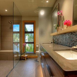Bild på ett stort orientaliskt en-suite badrum, med släta luckor, skåp i ljust trä, ett japanskt badkar, en öppen dusch, grå kakel, porslinskakel, grå väggar, klinkergolv i porslin, ett undermonterad handfat och bänkskiva i kvarts