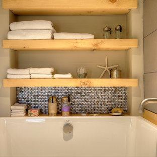 Foto di una grande stanza da bagno padronale etnica con ante in legno chiaro, vasca giapponese, piastrelle grigie, piastrelle in gres porcellanato, pareti grigie e top in cemento