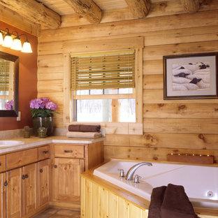Diseño de cuarto de baño principal, rústico, con armarios estilo shaker, puertas de armario de madera oscura, bañera esquinera y lavabo bajoencimera